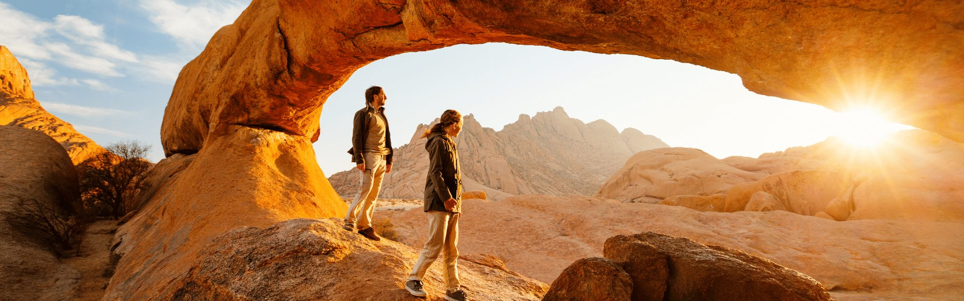 Reisendes Pärchen wandert durch Felslandschaft in Namibia